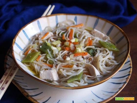 Zuppa speziata di pollo e noodle
