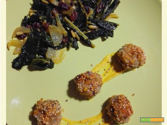 Bocconcini di patate viola in panatura di sesamo con cavolo nero alla senape