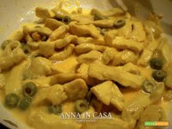Straccetti di petto di pollo con zafferano e olive