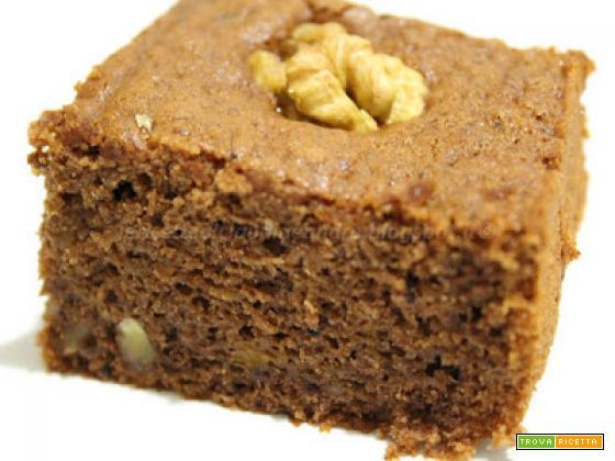 Torta al cacao sofficissima con zucca cruda, noci e olio, tagliata a quadrotti