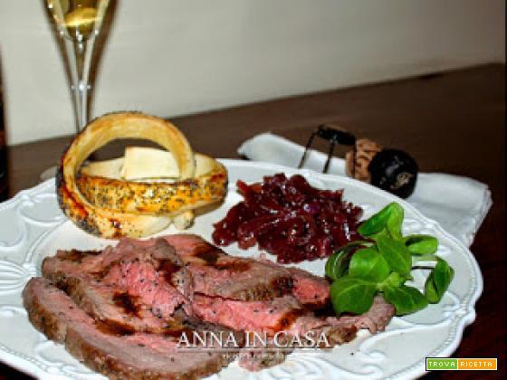 Roast beef all'inglese con cipolle di Tropea in agrodolce e anelli di sfoglia
