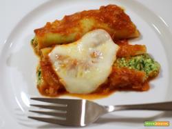 Cannelloni ripieni di ricotta e spinaci con sugo di pomodoro e besciamella