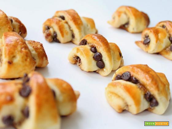 Mini croissant con nutella e gocce di cioccolato