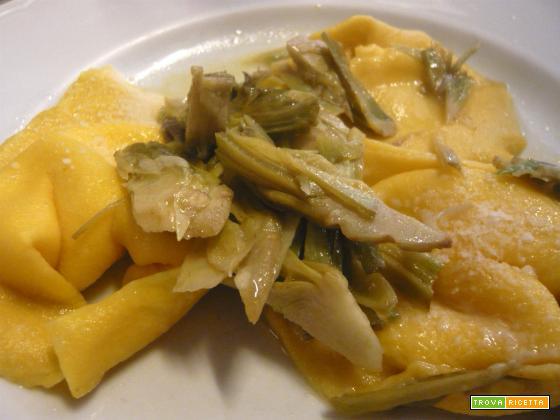 Tortelloni di ricotta e spinaci con sugo di carciofi
