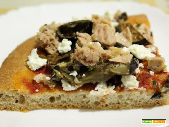 Pizza semintegrale con melanzana, tonno e quartirolo, al profumo di timo