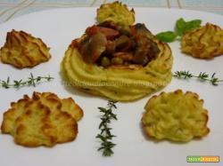 Cestini con purea di patate, funghi famigliole e pisellini, di riciclo...