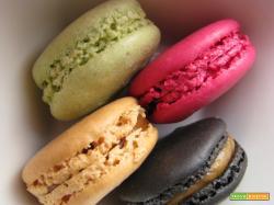 Macarons colorati: 4 gusti (limone, pistacchio, fragola e cioccolato)