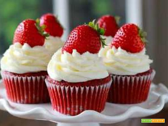 Cupcakes rossi con crema alla ricotta e fragole