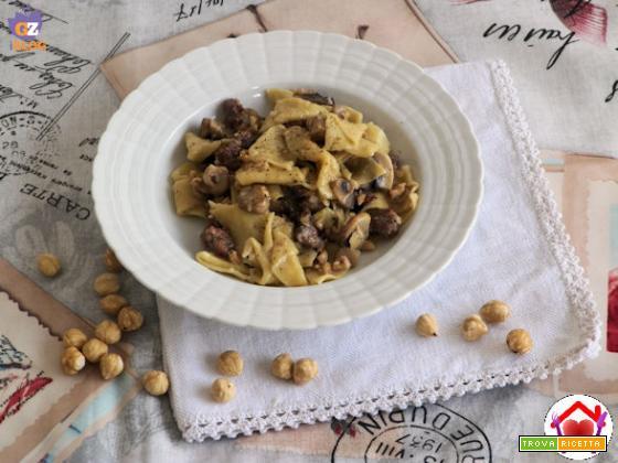 Pasta con salsiccia, funghi champignon e nocciole