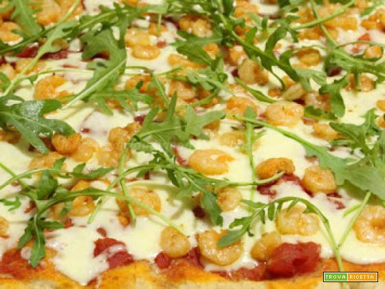 Pizza con lievito madre, gamberi, fontina e rucola
