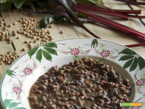 Zuppa di fagioli e foglie di barbabietola rossa