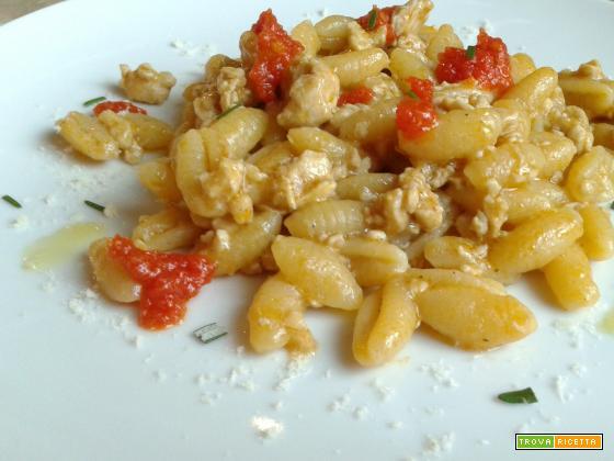 Gnocchetti sardi con ragù di pollo, paprika e salsa di pomodori freschi