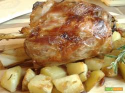 Stinco arrosto con patate rosse
