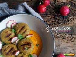 Essenza: Crocchette di piselli alla griglia su crema di carote