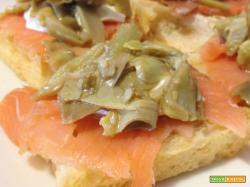 Bruschetta con salmone, carciofi e philadelphia
