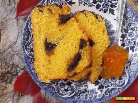 Treccia brioche alla zucca, cioccolato e amaretti al profumo d'arancia