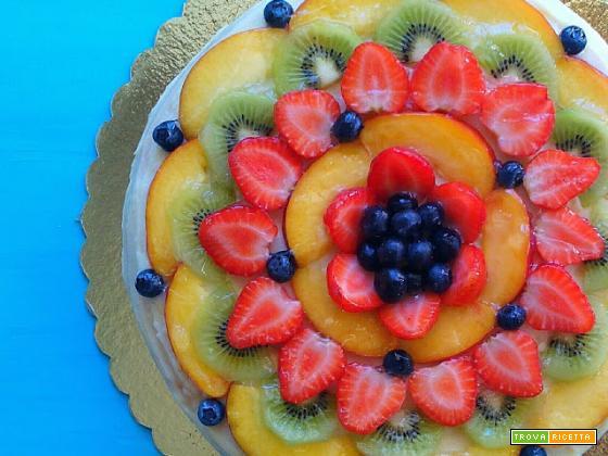 Torta di compleanno con crema al cocco e frutta fresca