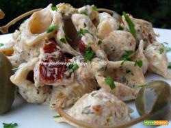 Conchiglie integrali con pomodori secchi, capperi, olive di Gaeta e robiola