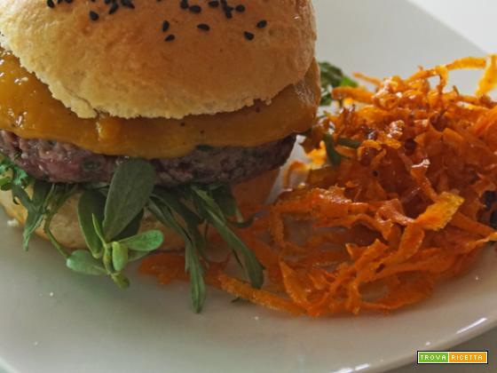 Lamburger, ovvero, hamburger di agnello, con ketchup di mango e chips di carote al cumino