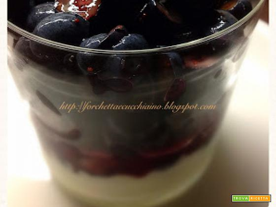 Frutta con yoghurt e briciole di biscotti: un dolce velocissimo