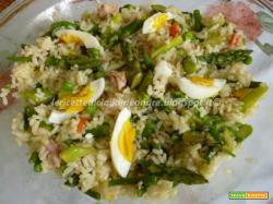 Insalata di riso con asparagi, fagiolini, pisellini e tonno