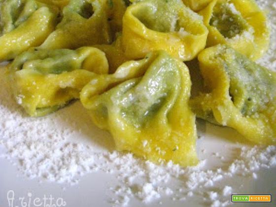 Tortelloni di ricotta e spinaci conditi con burro fuso, salvia e parmigiano.