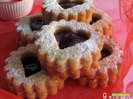 Valentine's Day: Biscotti alle nocciole farciti con marmellata di lamponi