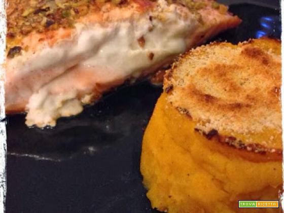 Salmone imbufalito in crosta di pistacchi e purè di zucca mantovana gratinato