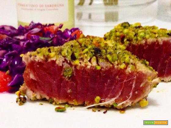 Filetto di tonno in crosta di pistacchi con insalata di cavolo, pompelmo e coriandolo