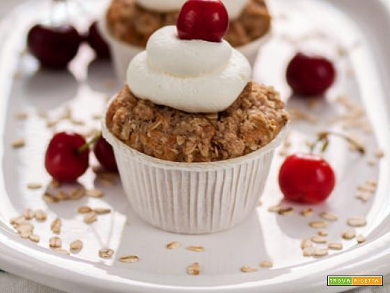 Muffin alle ciliege profumati alla mandorla con crumble alla cannella.