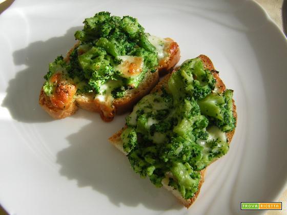 Crostoni con broccoletti e formaggio