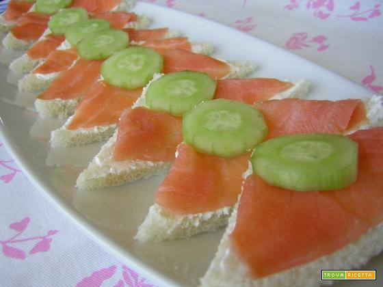 Tartine con salmone affumicato e cetriolo