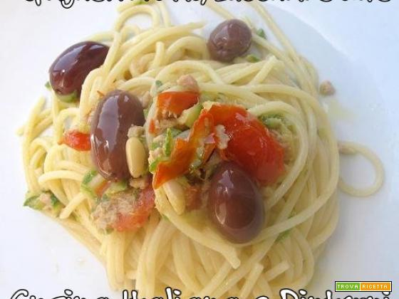 Spaghetti tonno, zucchine e olive