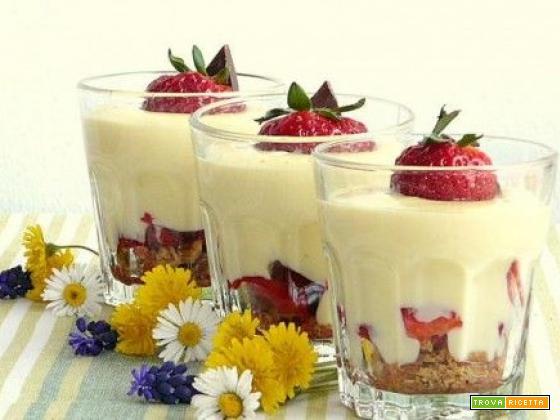 Coppette di crema pasticcera alla fragole
