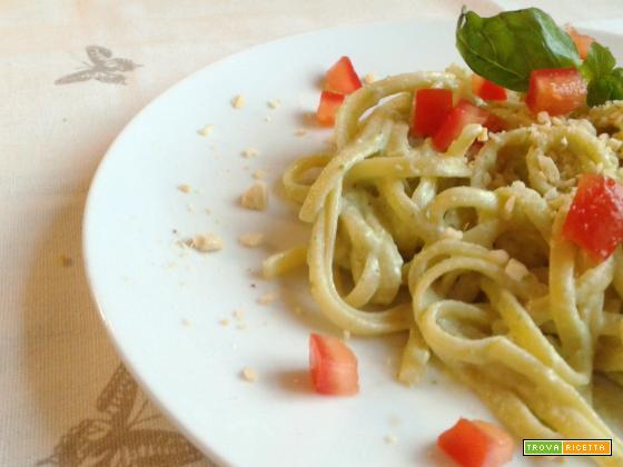 Bavette con pesto di ricotta, basilico e zucchine
