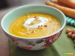Crema di carote gialle panna acida e nocciole