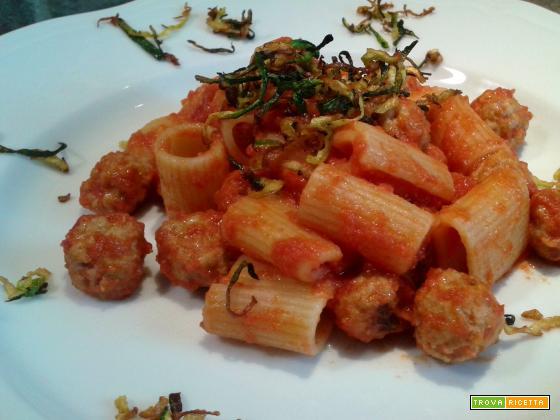 Mezze maniche con Pomodoro, Polpettine e Zucchine croccanti