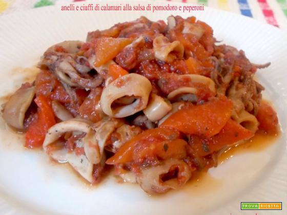 Anelli e ciuffi di calamari alla salsa di pomodoro e peperoni