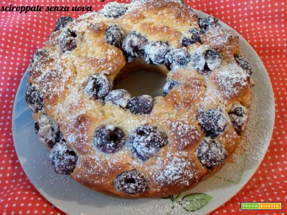 Cake ciambella alle ciliegie sciroppate senza uova