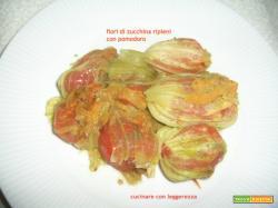 Fiori di zucchina ripieni con pomodoro
