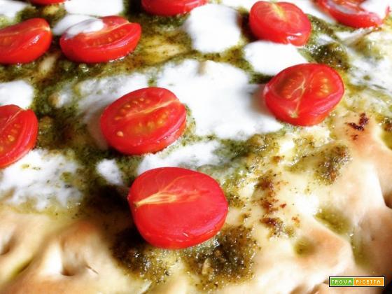 Pizza di kamut con pesto e pomodorini