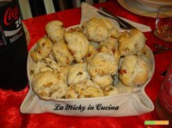 Panini delle feste con noci, pancetta o olive