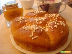 Torta di pan brioche leggera con lievito madre (ricetta per una colazione light ma gustosa)