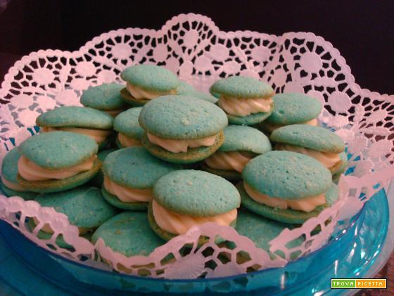Whoopie azzurri alle mandorle ripieni di crema al cioccolato bianco