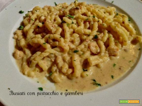 Busiati con pistacchio e gamberi, panna pasta fresca all'uovo.