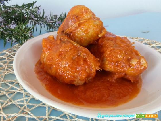 Cosce di pollo disossate ripiene con prosciutto, fatti al sugo,
