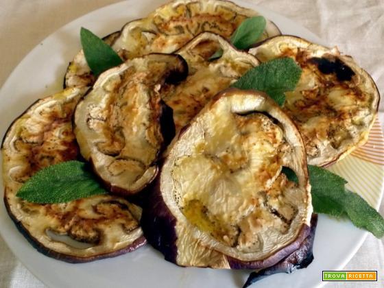 Melanzane al forno, salvia olio condito, con origano e aglio..