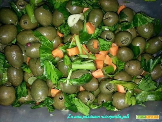 Olive verdi schiacciate, aglio, sedano