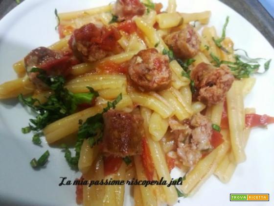 Pasta con salsiccia e pomodorini con prezzemolo olio di oliva.