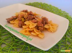 Pasta con spezzatino di vitello e zucchina, aglio, farfalle